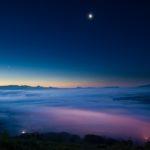 ニセコ某所での雲海と月