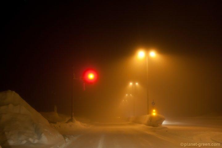 道路は吹雪