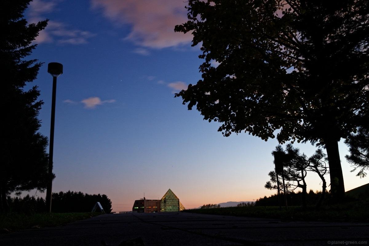 黄昏時のモエレ沼公園・ガラスのピラミッド