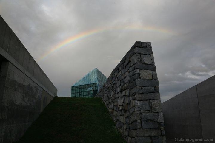 モエレ沼公園のガラスのピラミッドと虹