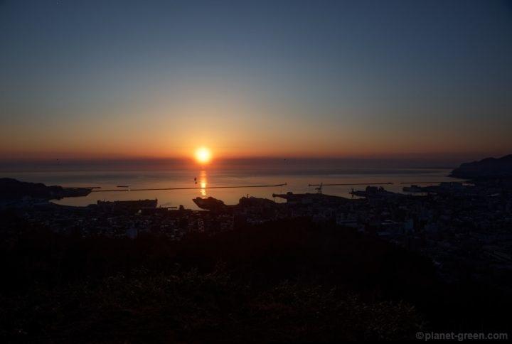 朝の小樽。旭展望台から眺める日の出。
