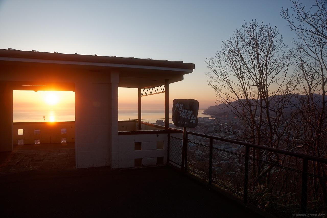 小樽市の旭展望台。朝日が昇っているところ。