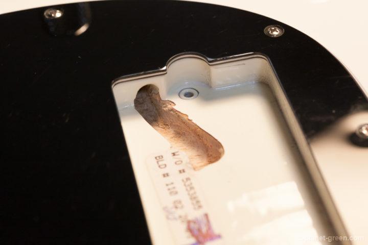 Musicmanスティングレイにピックアップ交換用のザグリを入れる