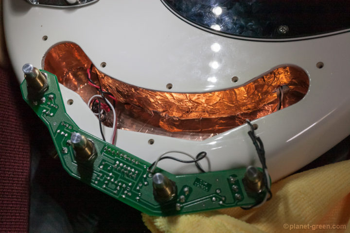 Musicmanスティングレイのキャビティを銅箔テープでシールドしてノイズ対策