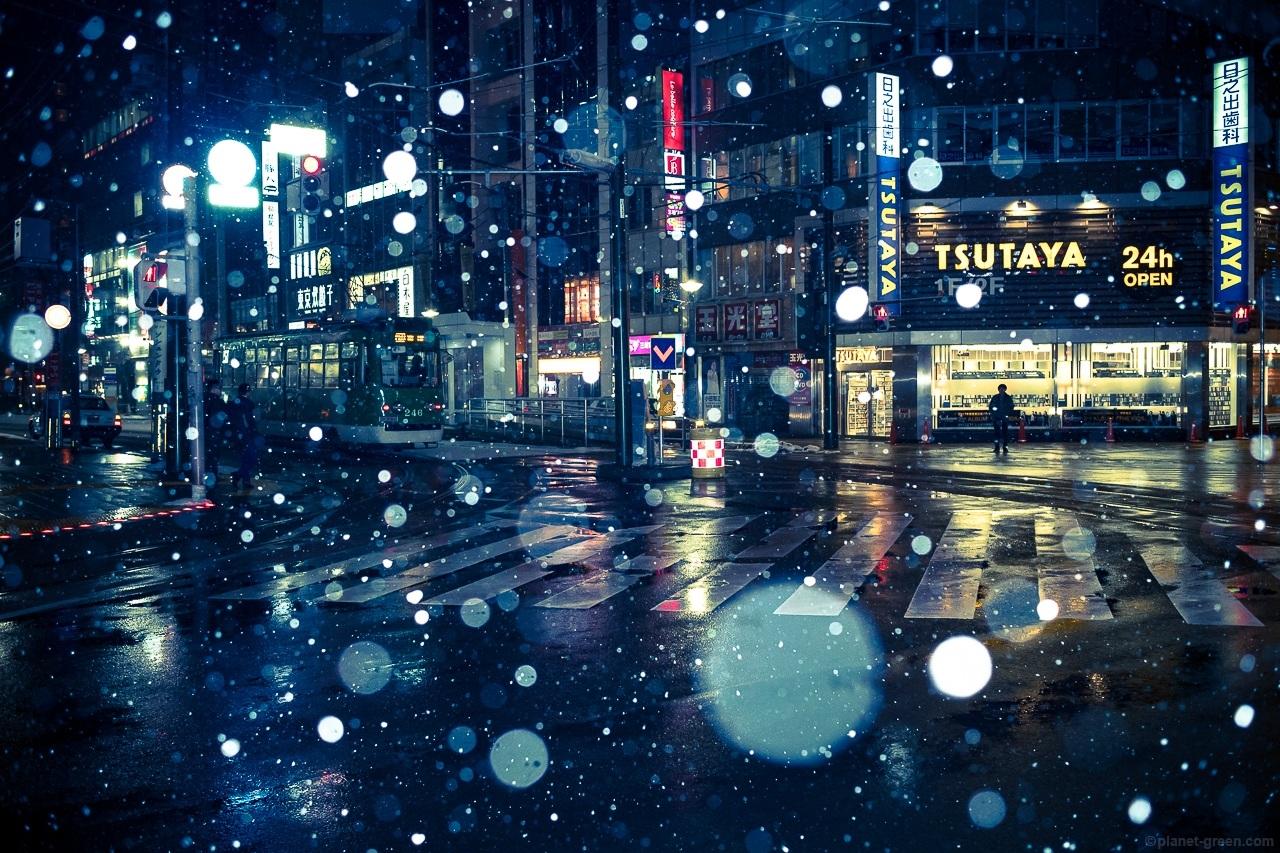 札幌・冬のスクランブル交差点と市電