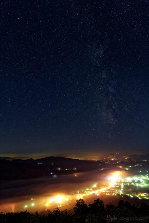 天の川と留寿都村の夜景