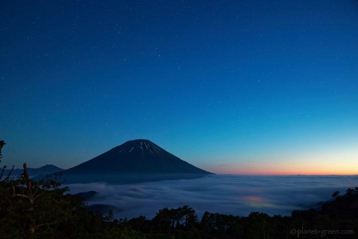 雲海と羊蹄山。その向こうにニセコアンヌプリ