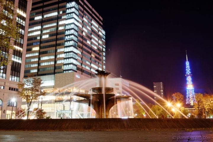 札幌市・大通公園の噴水と北洋大通センター