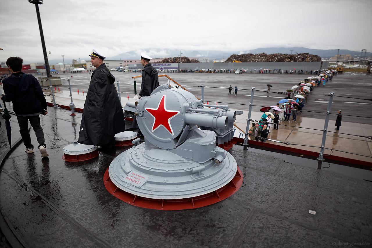ロシア海軍ミサイル巡洋艦ヴァリャーグ(Варяг)のデッキにて