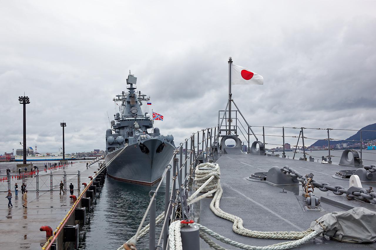「護衛艦はまぎり」船首と「ロシア海軍ミサイル巡洋艦ヴァリャーク」