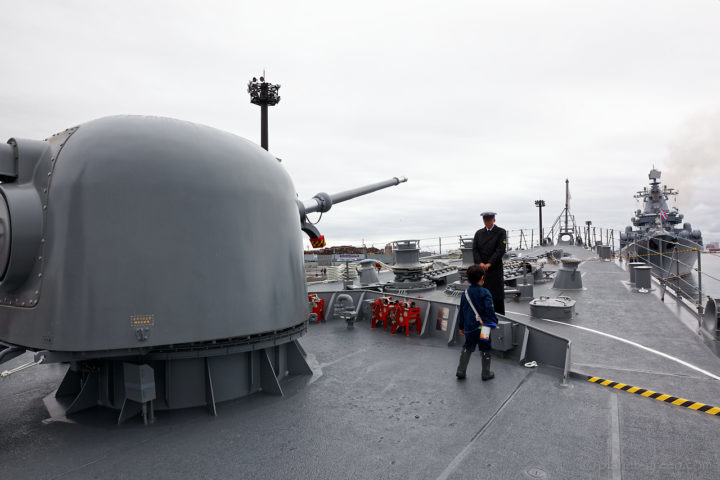 「護衛艦はまぎり」の主砲と「ロシア海軍ミサイル巡洋艦ヴァリャーク」