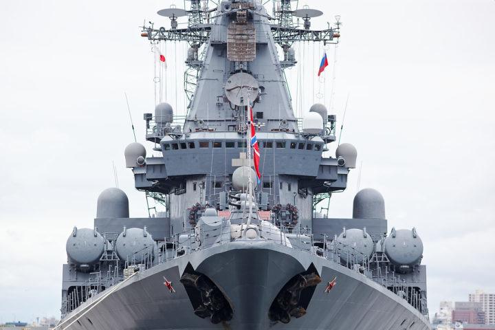 ロシア海軍ミサイル巡洋艦ヴァリャーク(Варяг)を正面から
