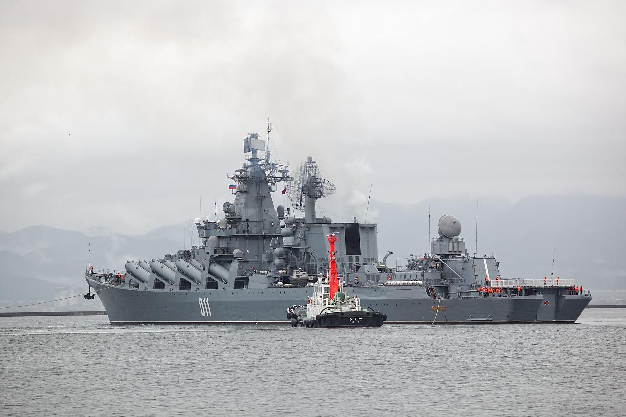 ロシア海軍ミサイル巡洋艦ヴァリャーク(Варяг)がタグボートに曳かれて函館港を出港