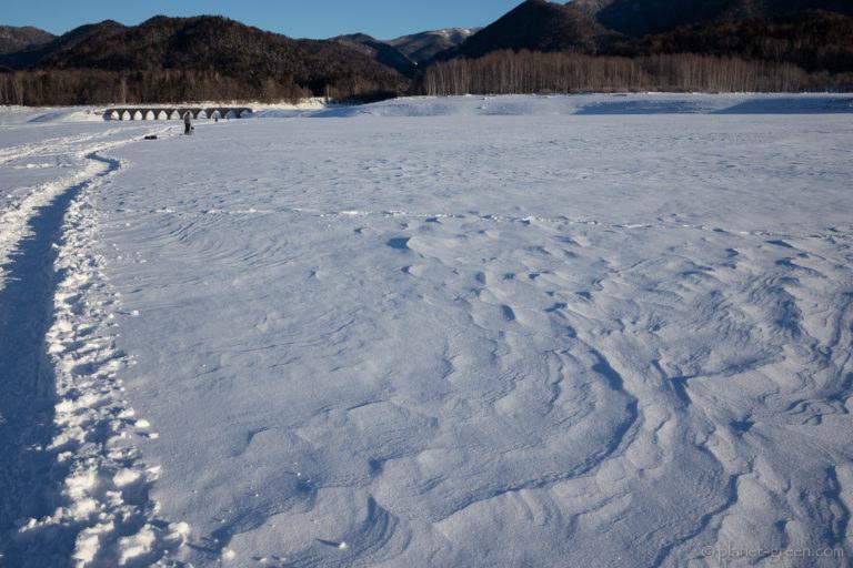 糠平湖の氷の上に出来た雪原